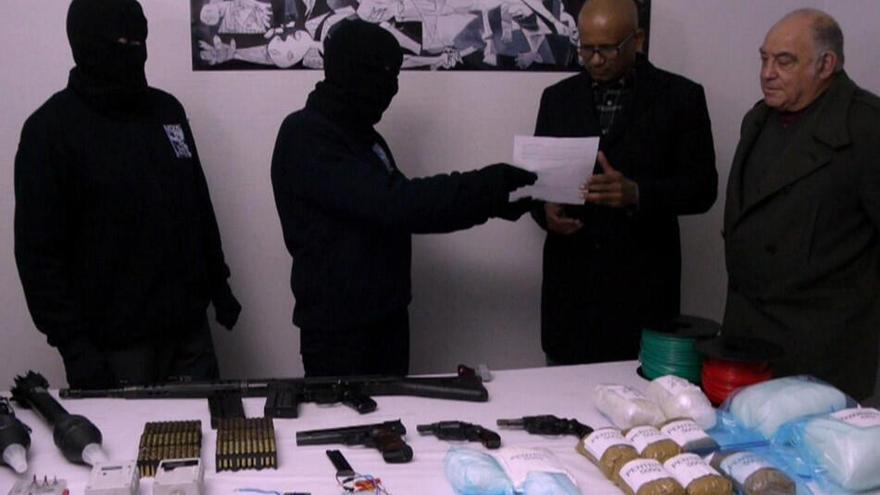 Miembros de ETA muestran el sellado de las armas a los verificadores / Vídeo de la BBC