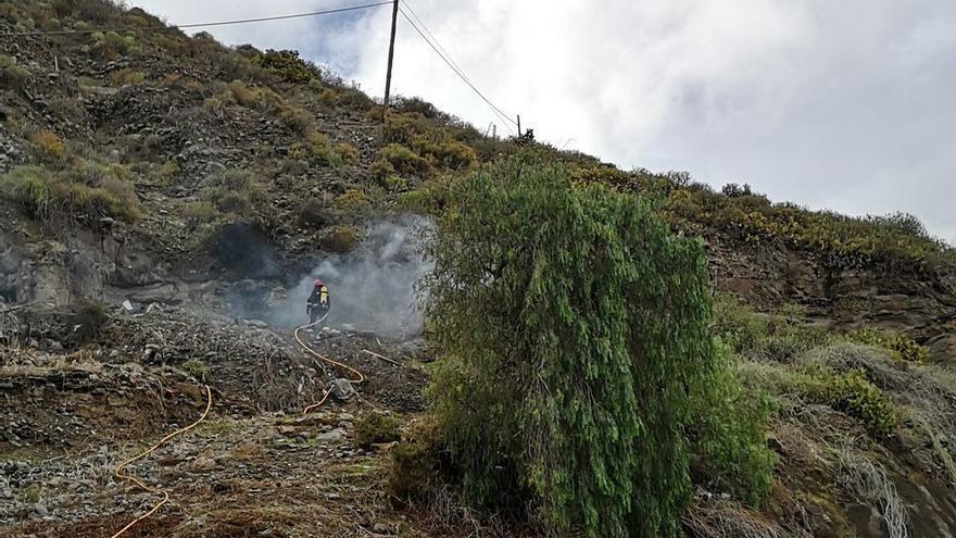 Bombero trabajando en el incendio declarado en Las Cuevas de Mata
