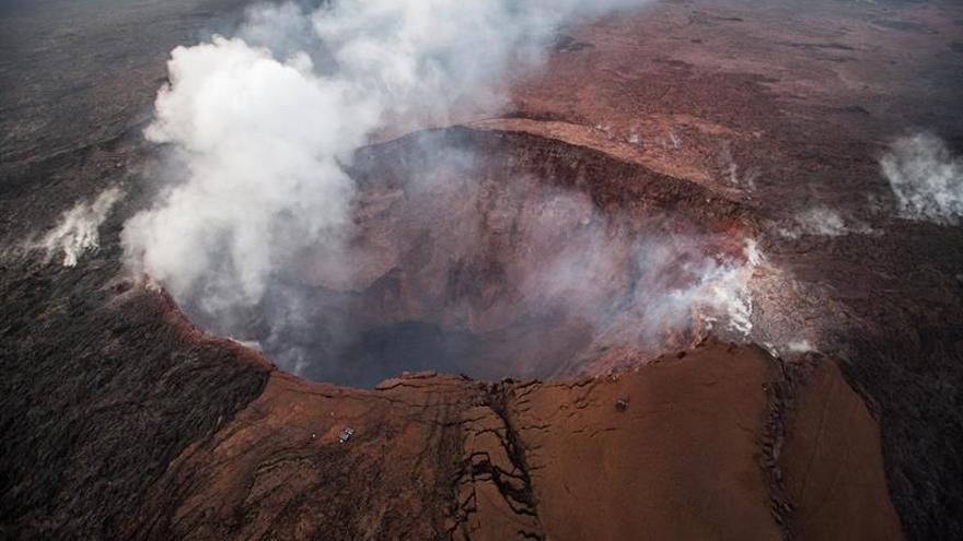 El borde y las paredes de un cráter del volcán de Hawái se están hundiendo