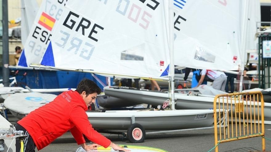 Uno de los participantes lavando su barco.