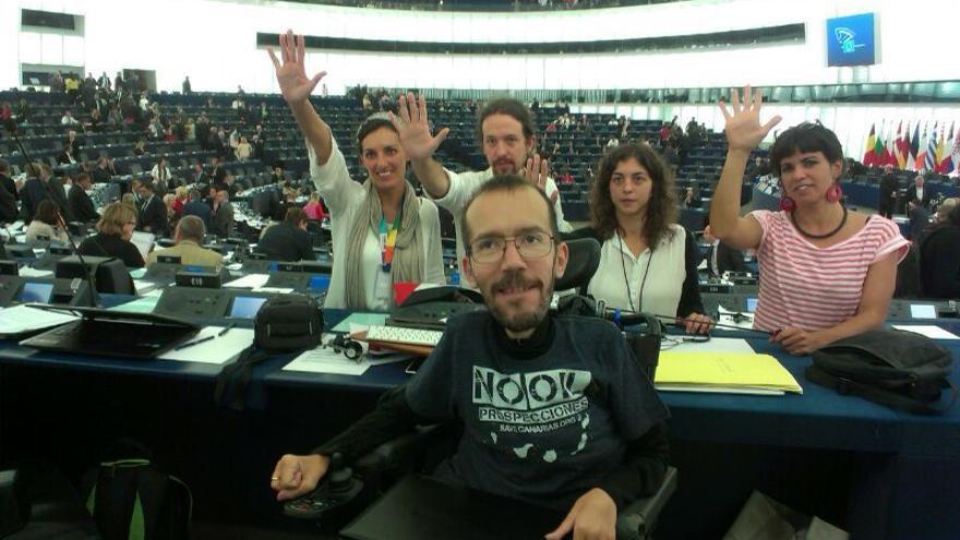 Pablo Echenique, con otros eurodiputados de Podemos.