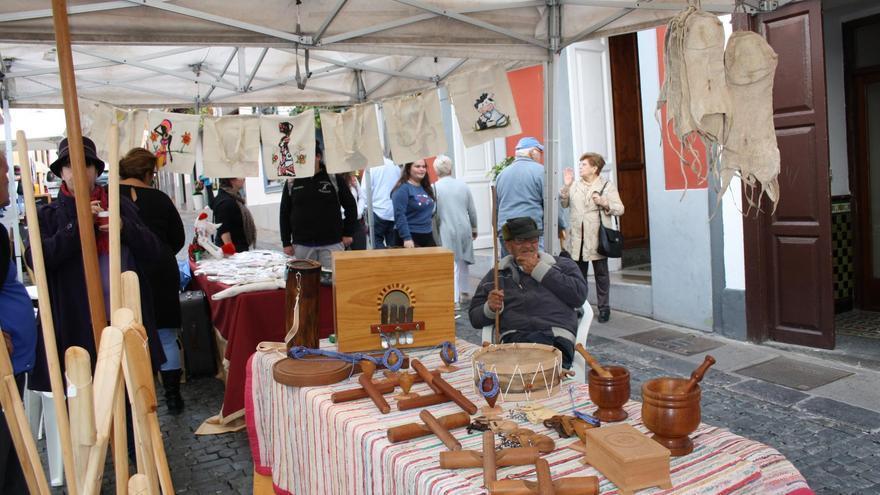 La Muestra de Artesanía de Navidad y Oficios Tradicionales se celebra durante la mañana de este jueves en la Calle Anselmo Pérez de Brito, en la zona de la Acera Ancha.