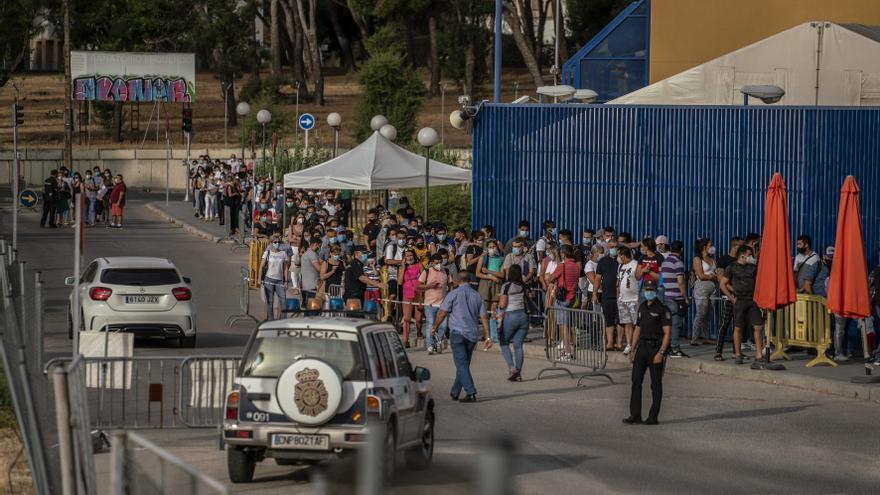 Colas en la comisaría de extranjería de Aluche (Madrid), en julio de 2020