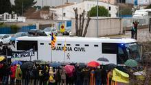 El furgón de la Guardia Civil con los presos soberanistas sale de la cárcel de Brians 2
