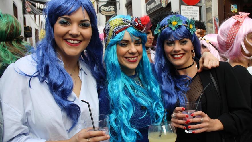 Tres jóvenes luces elegantes pelucas en la fiesta de este viernes.