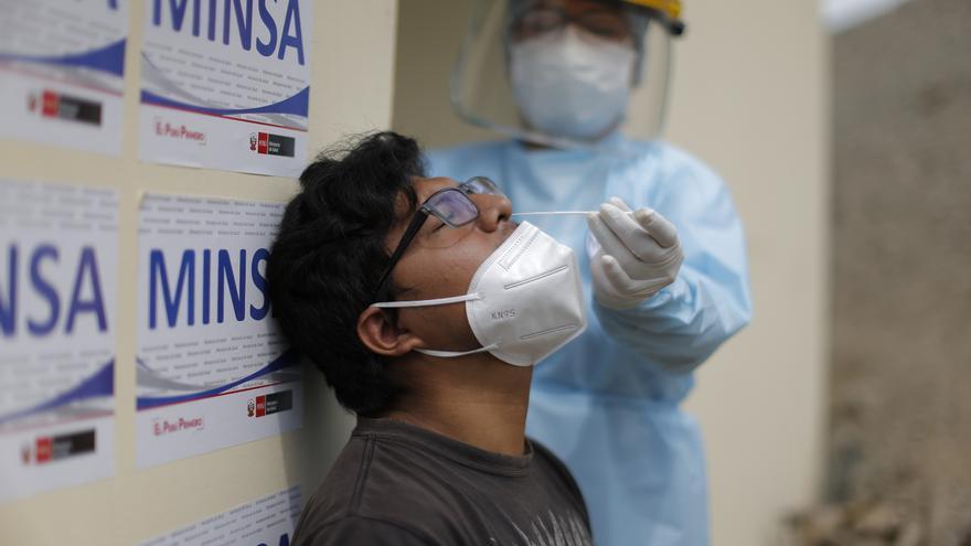 Perú supera 2 millones de casos y comienza a vacunar a gestantes