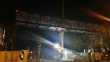 Instalan la pasarela peatonal que atravesará el muro de las vías del AVE
