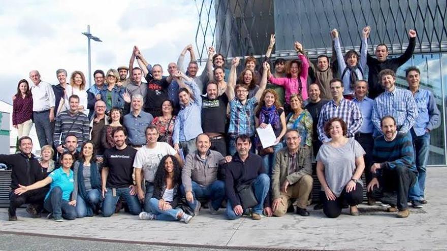 Miembros del movimiento en el exsterior de la sede de Vitoria-Gasteiz.