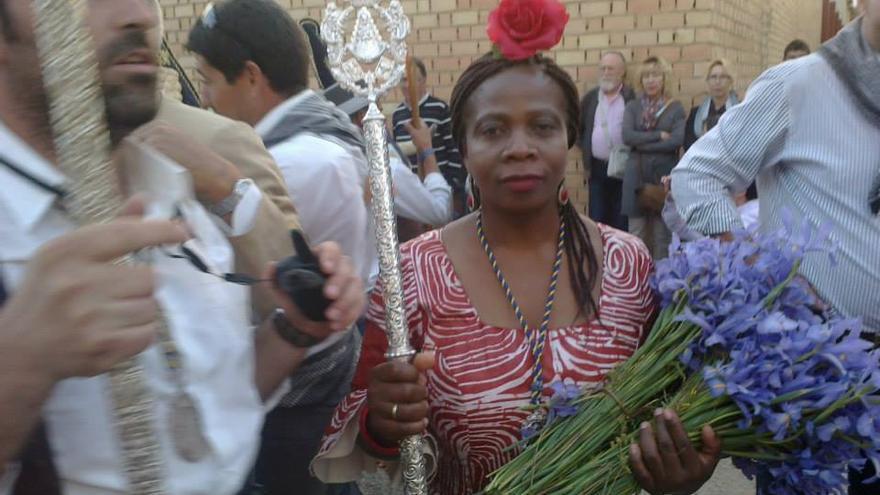 Gloria Ekereuwem es nigeriana y llevará a la hermandad de Chucena a El Rocío este año.