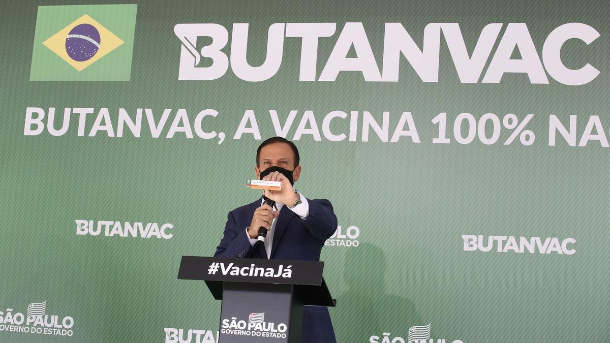 Joao Doria, gobernador del estado de San Pablo, Brasil, presentó la vacuna hecha en Brasil.