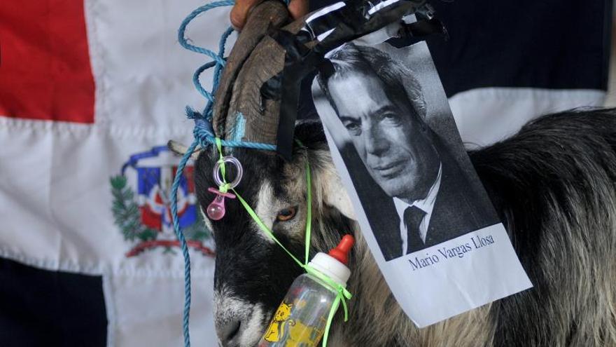 Grupos dominicanos se burlan de Mario Vargas Llosa para reprocharle un artículo