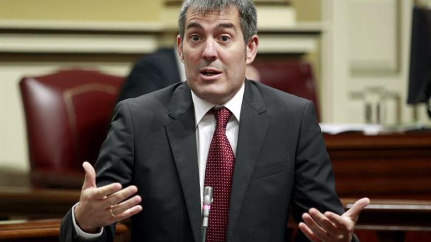 El presidente del Gobierno de Canarias, Fernando Clavijo, responde a preguntas durante la sesión planaria del Parlamento regional. EFE/Cristóbal García