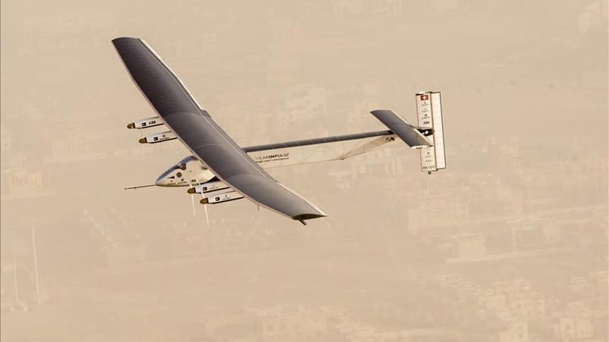 Avión solar despega de Emiratos para dar la vuelta al mundo sin combustible