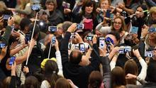 El papa dice que la falta de instrucción atenta contra la dignidad de las personas