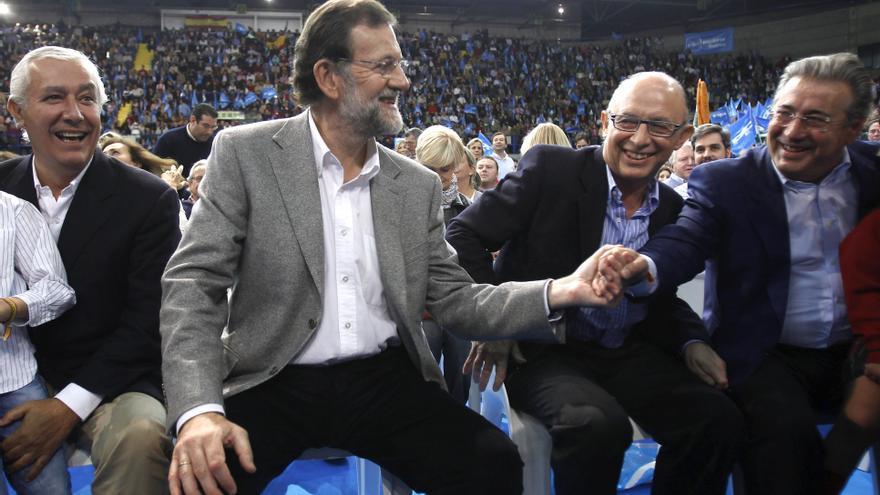 Mariano Rajoy, entonces candidato del PP a la presidencia del Gobierno, con Juan Ignacio Zoido, Javier Arenas y Cristóbal Montoro, durante el mitin de 2011 en Sevilla.