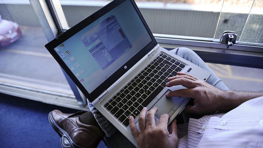 Un hombre y un ordenador. Foto: Senado Federal / Flickr