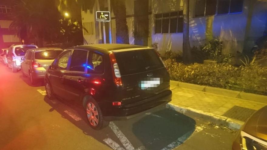 Señal inventada de un aparcamiento PMR