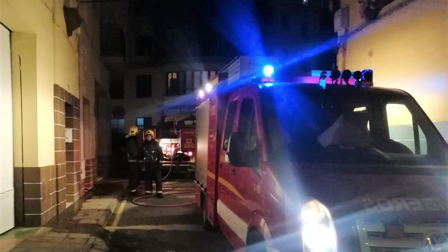 Los bomberos extinguieron el fuego en el edificio de San Andrés y Sauces.