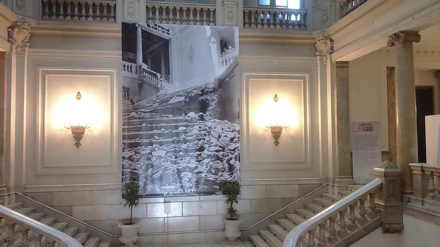 Una de las fotografías que reflejan el estado en el que quedó la escalera principal del Ayuntamiento