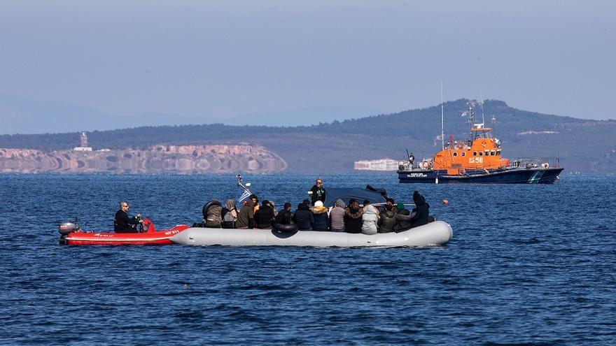 Migrantes en un bote llegando a la aldea de Skala Sikaminias, en la isla de Lesbos © AP Photo / Michael Varaklas