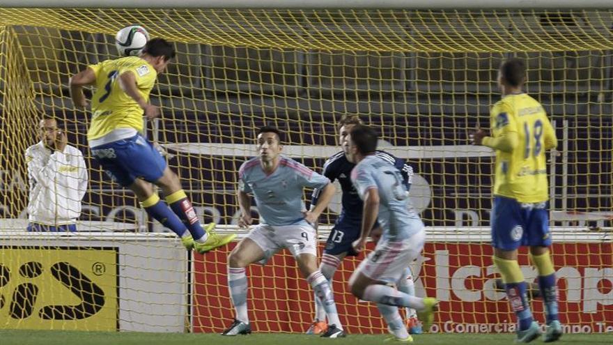 El lateral de la Unión Deportiva Las Palmas Christian Fernández cabecea un balón. EFE/Ángel Medina G.