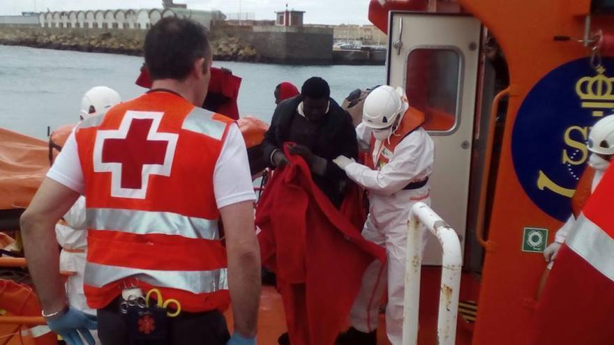 Médicos y enfermeros de la Cruz Roja son los primeros en atender a Inmigrantes.