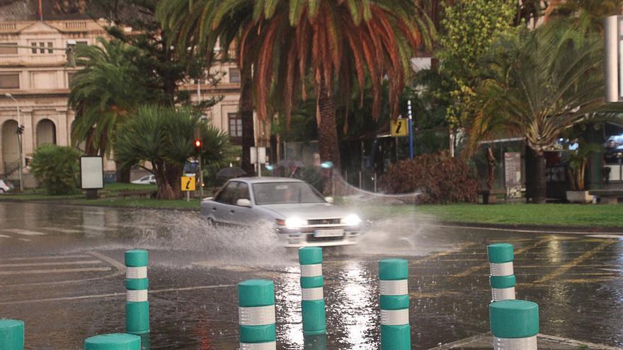En la imagen, un vehículo esta mañana en la plaza de La Constitución. Foto: JOSÉ AYUT.