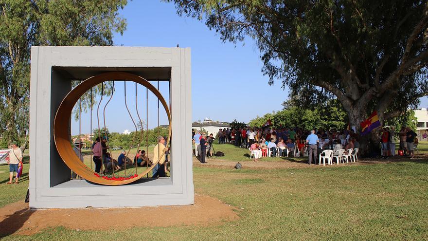 Un bloque de hormigón reciclado como base para reconocer a los presos políticos. / DANIEL ANDANA