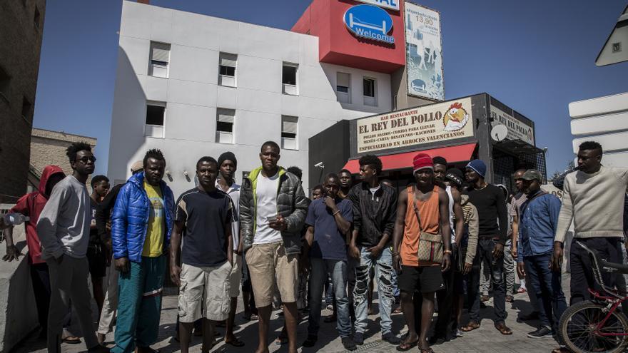 Varios migrantes protestan frente al hostal Welcome por las condiciones de acogida. | Foto: Olmo Clavo