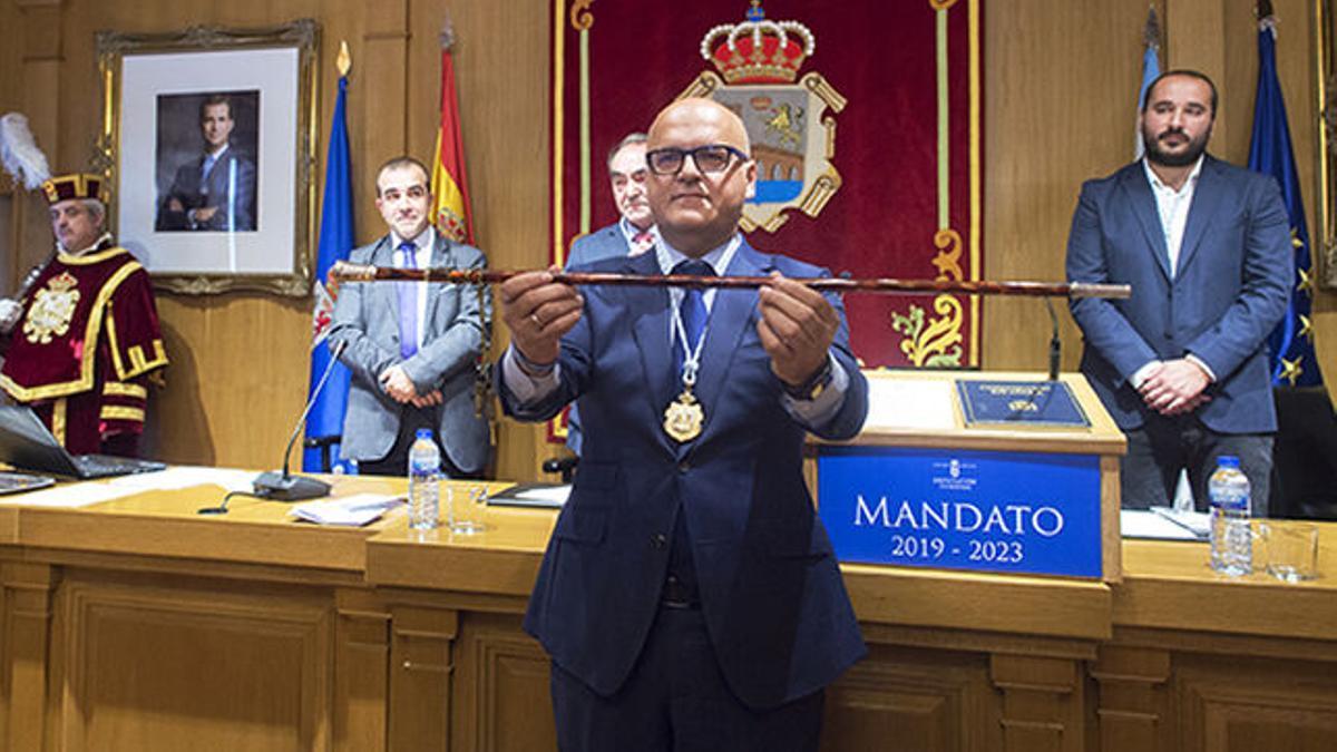 El presidente de la Diputación de Ourense, Manuel Baltar, en el salón de plenos de la institución.