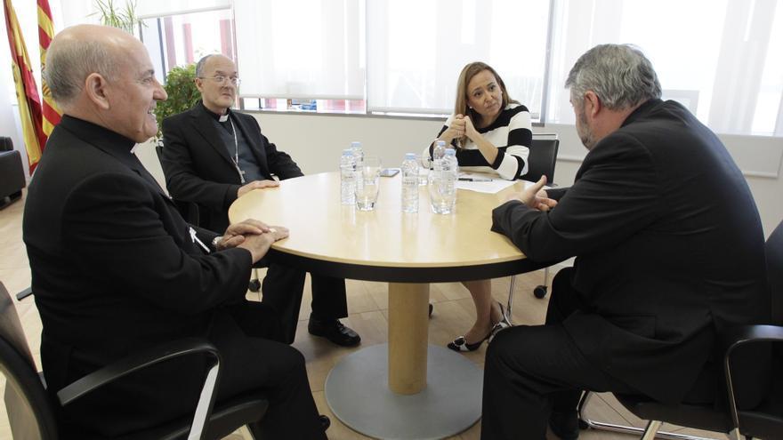 La consejera de Educación, Mayte Pérez, con los obispos de Huesca y Teruel.