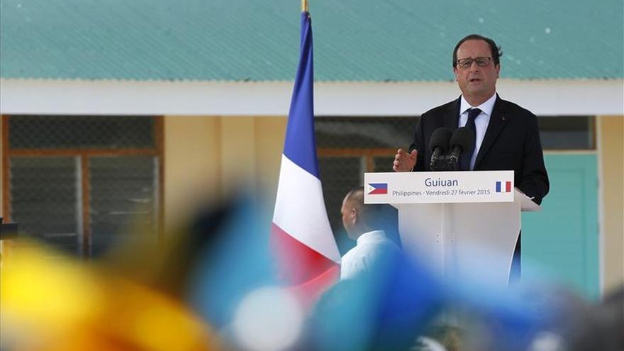 Hollande visita una de las zonas de Filipinas devastadas por el tifón Haiyan