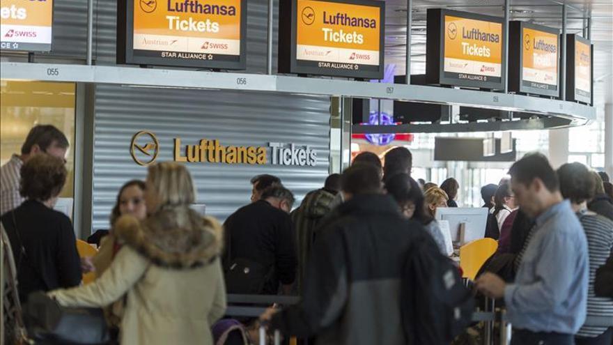 Los pasajeros de un avión alemán reducen a un hombre que intentó entrar en la cabina