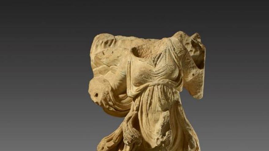 Estatua de mármol de Nike alada con ropas agitadas por el viento