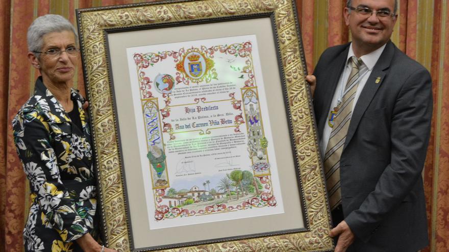 Ana Viña recibiendo este jueves el título de Hija Predilecta de La Palma de manos de presidente del Cabildo, Anselmo Pestana.
