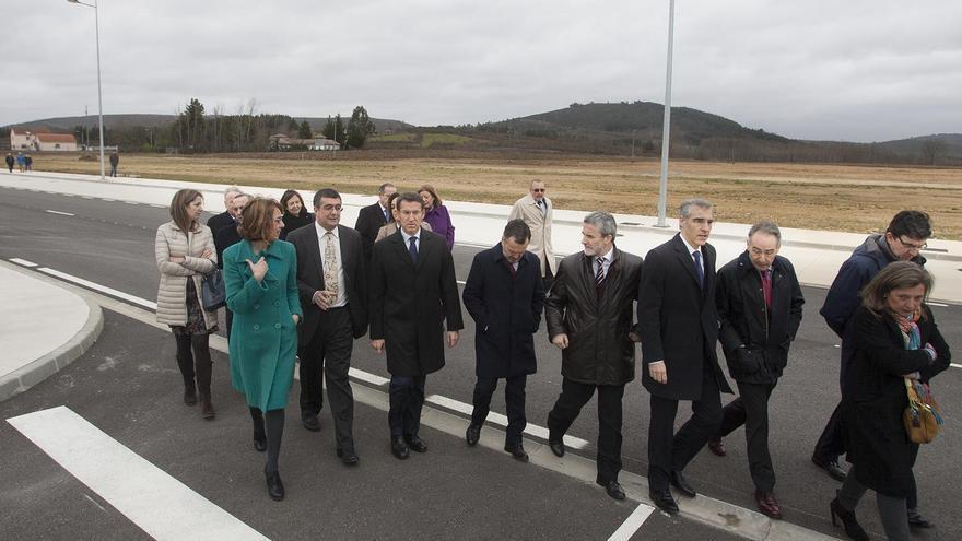 Autoridades paseando por el Puerto Seco de Monforte (Lugo) el 28 de febrero de 2014