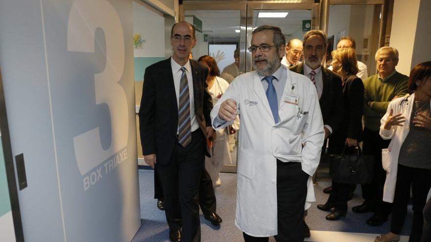 El conselleiro de Sanidad (izquierda), durante una visita al hospital de Pontevedra