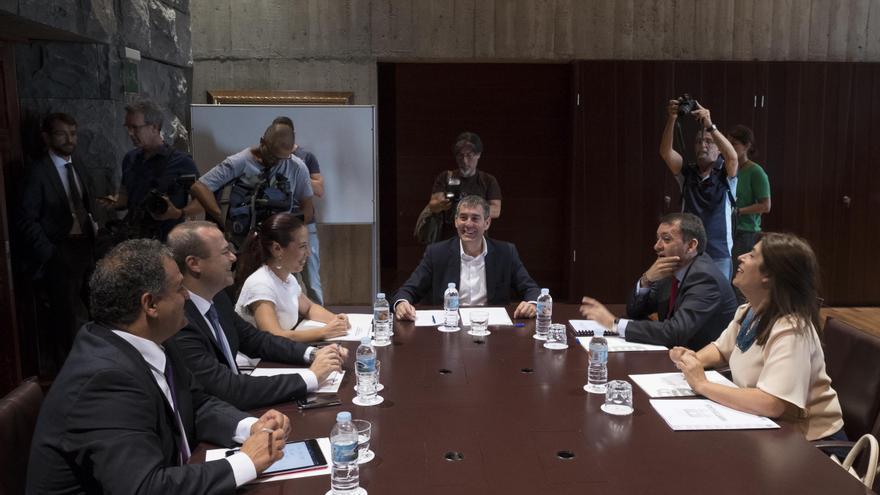 El presidente y la vicepresidenta del Gobierno canario se reúnen con los alcaldes de Las Palmas de Gran Canaria, Santa Cruz de Tenerife, La Laguna y Telde.
