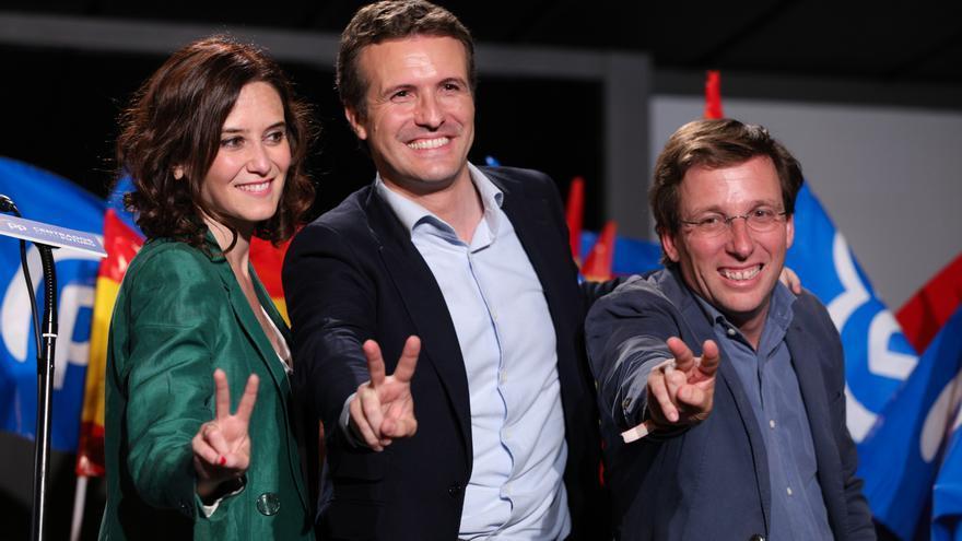 Isabel Díaz Ayuso, Pablo Casado y José Luis Martínez-Almeida, tras conocer los buenos resultados obtenidos por su partido en las elecciones municipales. El PP gobernará en la Comunidad y en el Ayuntamiento de Madrid.