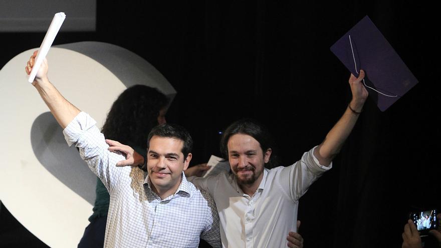 Pablo Iglesias, junto a Alexis Tsipras en la Asamblea Ciudadana de Podemos. / Marta Jara