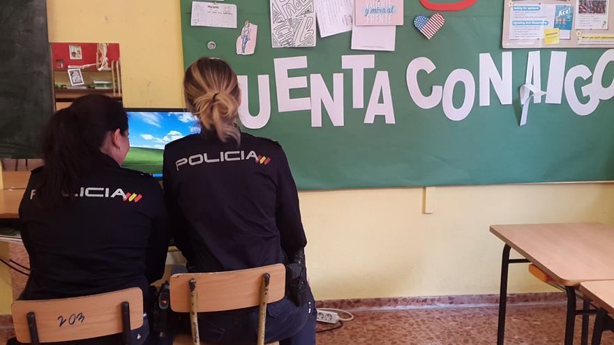 La Policía Nacional se desplaza a los colegios para incidir en la seguridad en internet. | ISABEL CUBRÍA