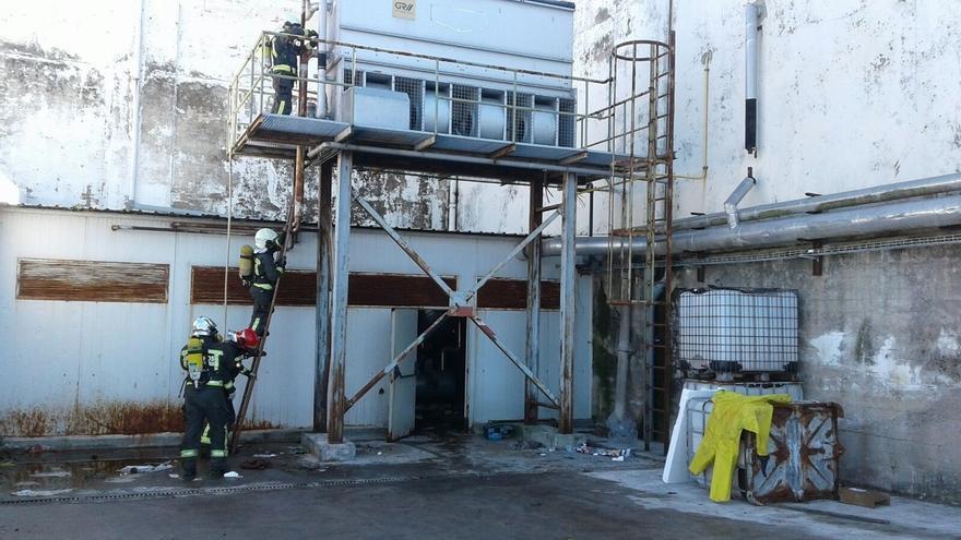 Bomberos del 112 cortan dos escapes de amoniaco en una fábrica abandonada de Santoña