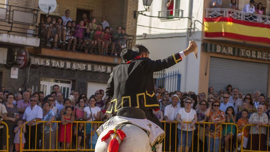 Uno de los participantes exhibe la cabeza de un ganso 'arrancada' a la carrera