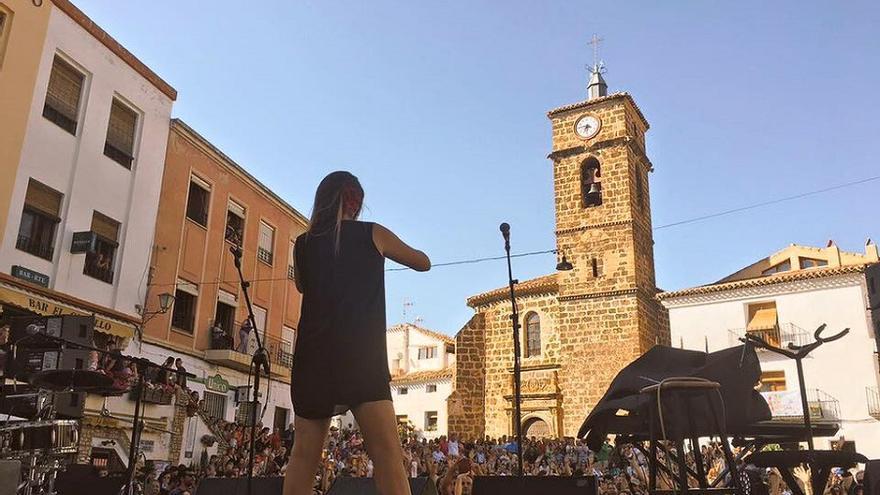 María Rozalén, encima del escenario situado en la plaza de Letur.