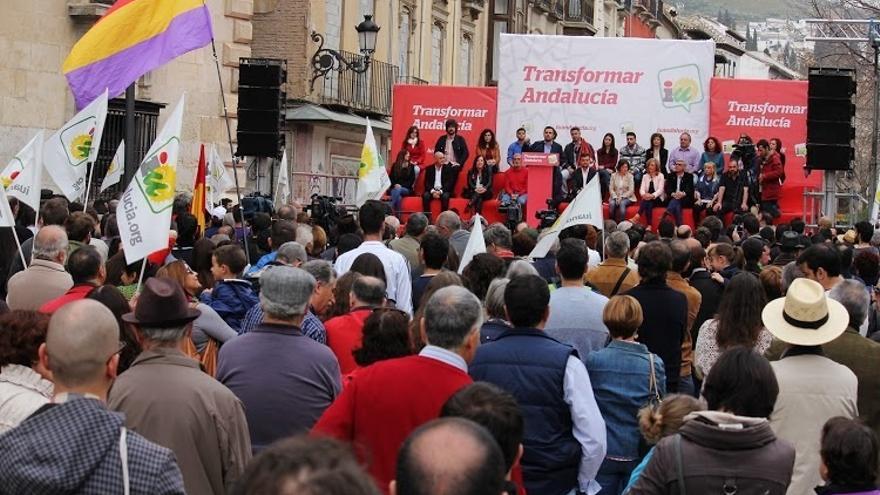 """Alberto Garzón asegura que los socialistas entran """"con el puño alzado y salen con los bolsillos llenos"""""""