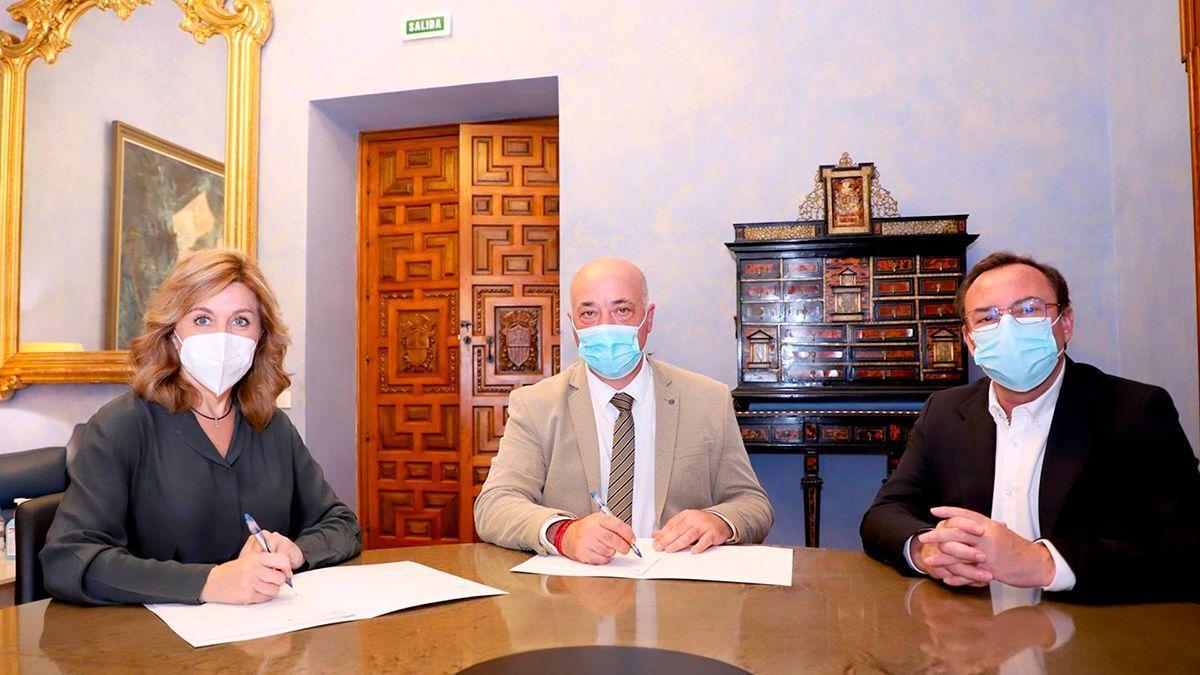 Firma del acuerdo entre Epremasa y el Ayuntamiento de Montoro.