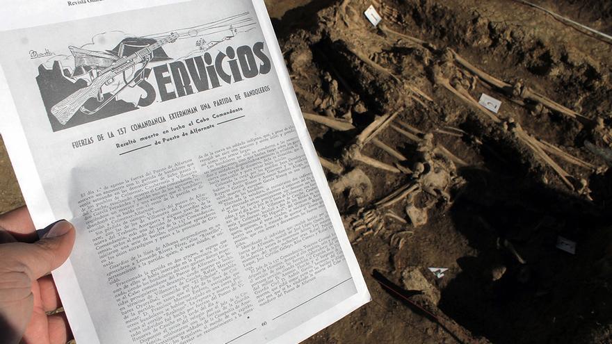 Reportaje en la revista 'Servicios' de la Guardia Civil de 1945 junto a la fosa común de Alfarnate (Málaga). | JUAN MIGUEL BAQUERO
