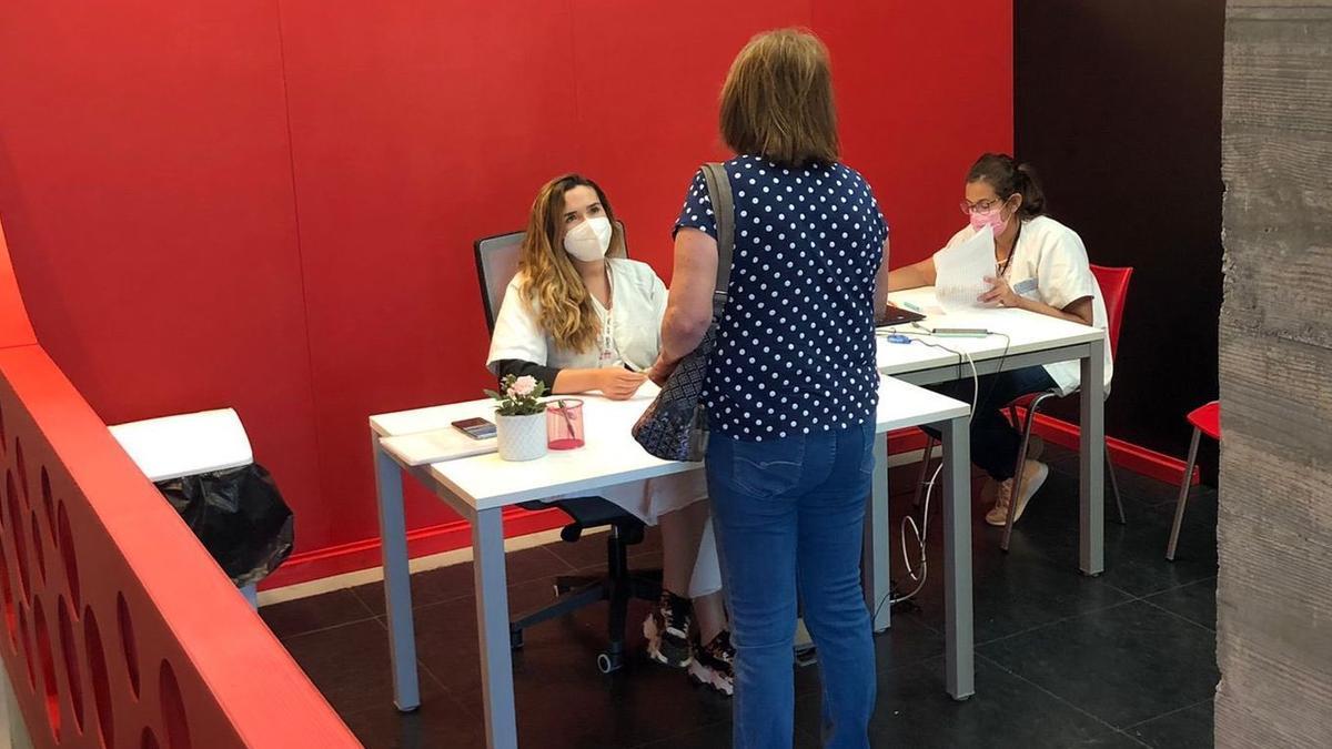 Una sanitaria informa sobre la campaña de vacunación del Gobierno de Canarias. Foto: GOBIERNO DE CANARIAS