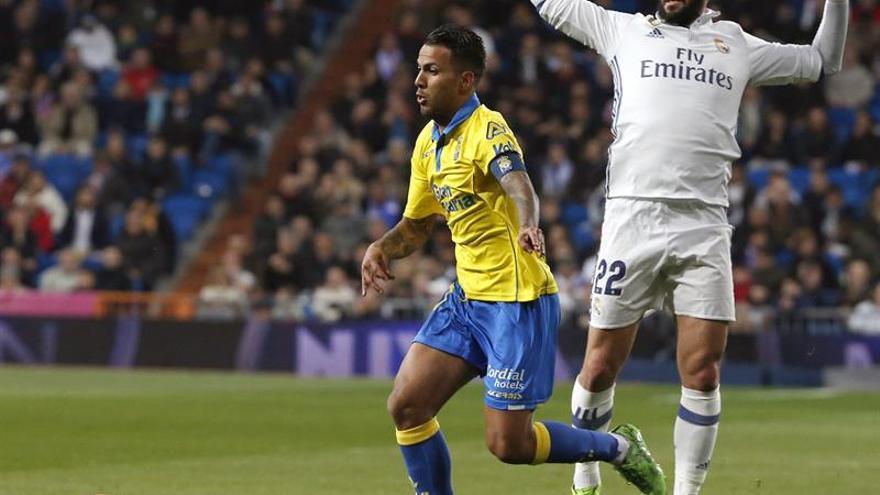 El centrocampista del Real Madrid Isco (d) pelea un balón con el centrocampista de Las Palmas Jonathan Viera durante el partido correspondiente a la 25º jornada de LaLiga Santander contra el Real Madrid, en el estadio Santiago Bernabéu, en Madrid. EFE/Kiko Huesca