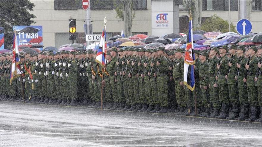 Rebeldes prorrusos marchan con tropas y armamento en desfile de la victoria